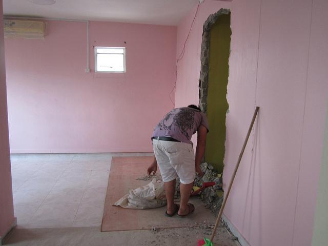 Демонтаж перегородок и стен в квартире