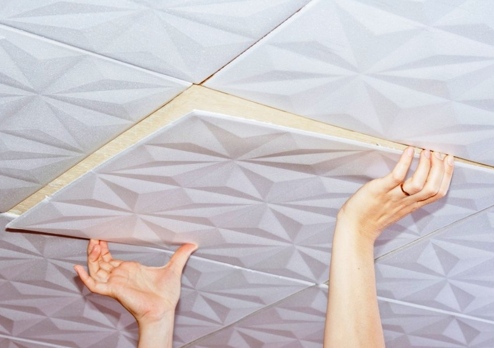 Процедура создания потолочного покрытия с помощью пенополистирольной плитки