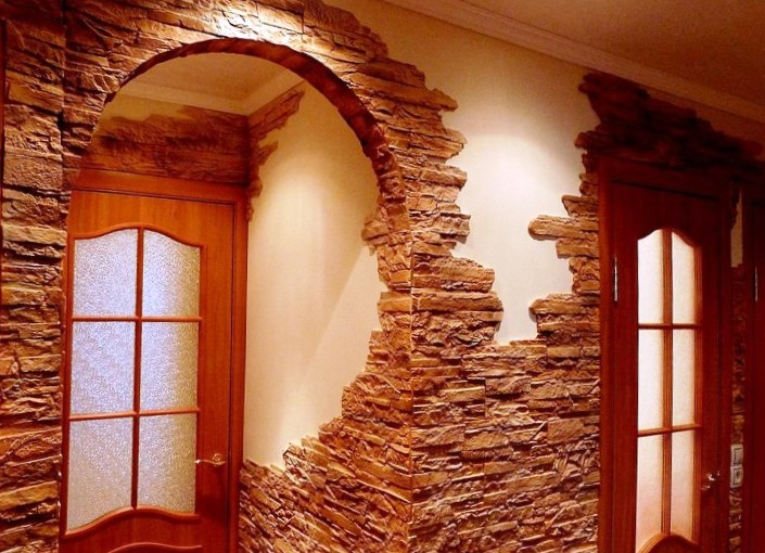 Декор из камня внутри помещения